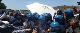 """Migranti, rivolta dei residenti anche a Roma. Scontri tra CasaPound e polizia. Salvini: """"Non rompete le palle a chi protesta"""""""