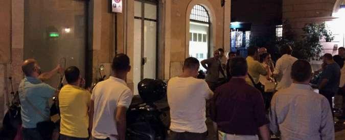 """Uber, blitz di 200 tassisti in ristorante Roma: """"Parlamentari Scelta civica ed ex M5S a cena con la manager"""""""