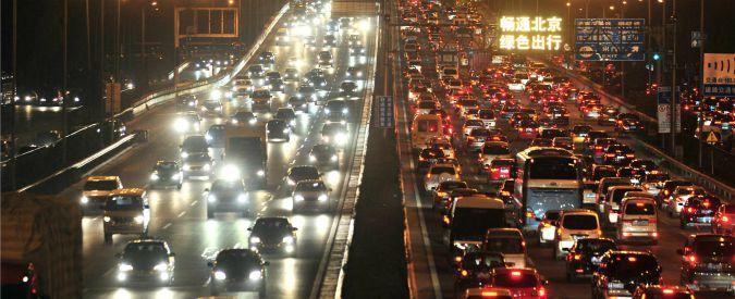 Cina, mercato auto rallenta per la prima volta in 7 anni. Ma è solo una pausa