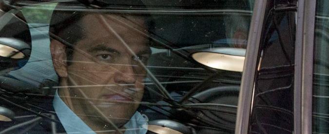 Crisi Grecia, Tsipras spinto all'addio: pronto governo di unità nazionale a guida centrista, nuove elezioni in autunno