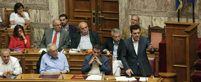 """Grecia, Tsipras incassa il sì del Parlamento alle riforme: """"Lezione di dignità al mondo"""". Ma Syriza è a pezzi"""