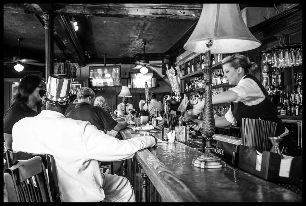 """Cocktail al vermouth che sanno di anni '30, ville alla """"Via col vento"""" ingoiate dalla vegetazione tropicale, enormi trombettisti di piccole orchestrine jazz che suonano per strada. È bellissima New Orleans, 10 anni dopo il passaggio dell'uragano Katrina che il 29 agosto 2005 inondava l'80% della città e uccideva più di 1800 persone.  Le foto sono di Project M., un progetto fotografico di Liza Boschin e Andrés León Baldelli ©Project M. © Liza Boschin © Andrés León Baldelli"""