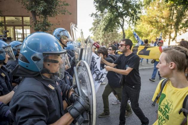 L'Aquila, scontri durante la visita di Matteo Renzi