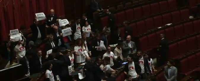 """Dl Enti locali, ok della Camera alla fiducia. M5S protesta in Aula: """"Basta tagli"""""""