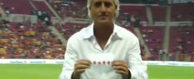 Inter, nuovo pizzino in campo: Sneijder ne consegna uno a Mancini durante il match col Galatasaray