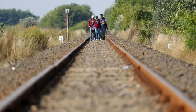 Migranti siriani attraversano il confine tra Ungheria e Serbia