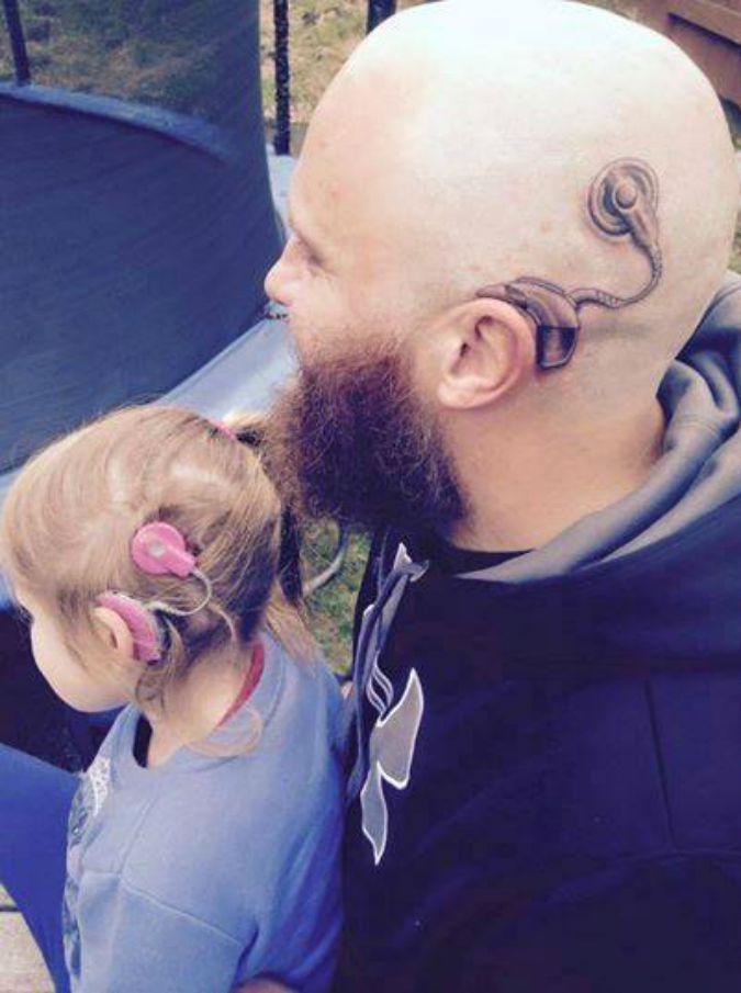 Nuova Zelanda, la piccola Charlotte ha l'apparecchio per l'udito e il padre se lo tatua per solidarietà