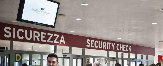 Bologna, falla sicurezza all'aeroporto: coltello sfugge ai controlli. Voli bloccati