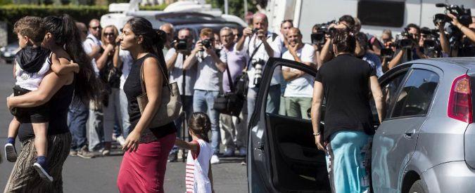 """Casamonica, spintoni ai giornalisti alla messa per """"Re Vittorio"""": """"Non provocate"""""""