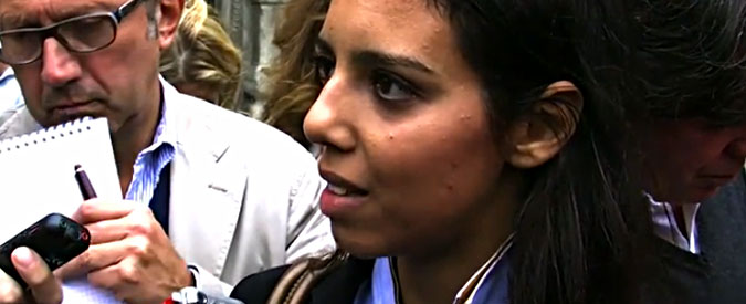 """La7, a Tarquinia aggredita in diretta la cronista di In Onda Sara Giudice. """"Ti seguiamo a casa"""" (VIDEO)"""