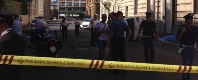 Roma, furgone sbanda e travolge cinque pedoni: muore una donna. Un'altra è grave