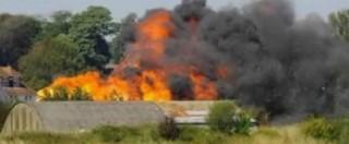 """Inghilterra, aereo precipita sulla statale durante un'esibizione: """"Almeno sette morti"""". Lo schianto in diretta"""