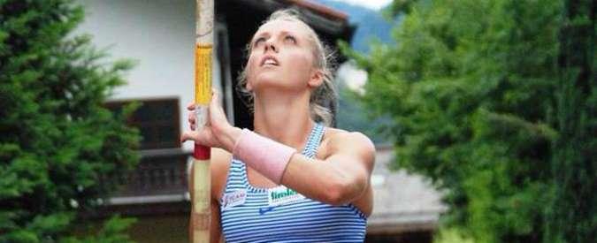 """Kira Grunberg, atleta cade fuori dal materasso dopo salto con asta: """"Paralisi totale"""""""