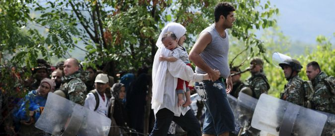 Migranti, la Macedonia apre la frontiera con la Grecia: entrano in migliaia