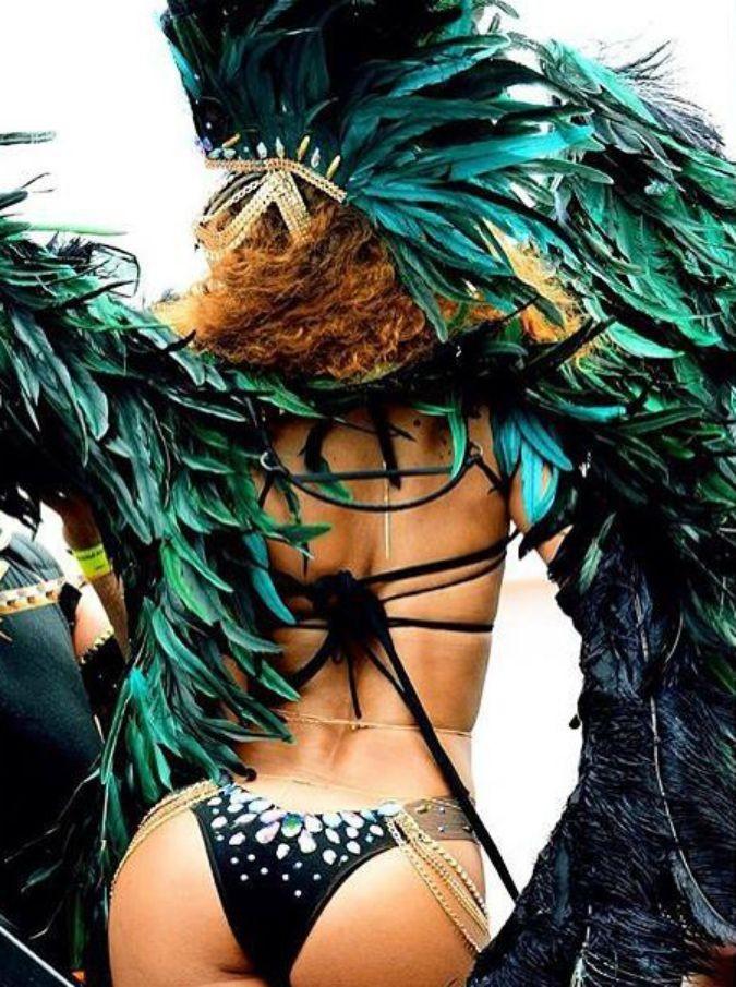 Rihanna, le foto per pubblicizzare la sua collezione di intimo edizione San Valentino mandano in delirio i fan