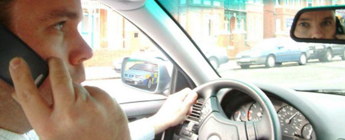 Distrazioni al volante, fino a 250 metri in autostrada per rispondere al telefono