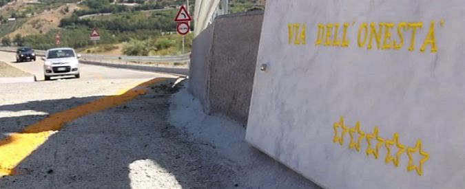 """Sicilia, chiude per maltempo la trazzera del M5S. E' polemica: """"Strada inutile"""""""