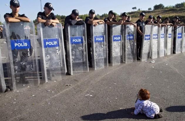 Bambina siriana di fronte alla polizia turca