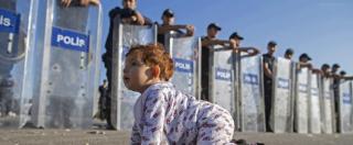 Migranti, bambina siriana gioca davanti alla polizia. La foto fa il giro di internet e diventa virale