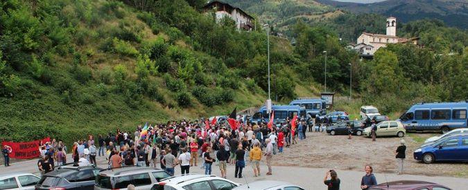 Brescia, antagonisti al presidio anti-migranti di Forza Nuova e residenti: scontri e cariche polizia