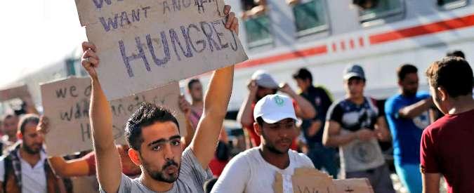 Migranti, tensione Ungheria-Croazia: Budapest costruisce muro al confine, Zagabria invia bus carichi di profughi