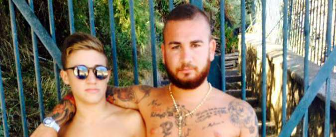 Napoli, una foto lega l'omicidio del 17enne e l'accoltellamento allo stadio. Ma inquirenti escludono collegamenti
