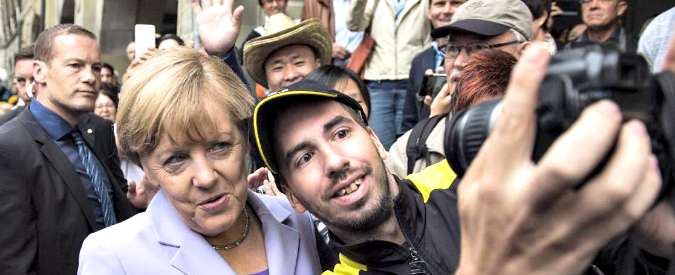 Profughi, la scelta di Angela Merkel: accoglierli per esorcizzare lo spettro dei neonazi e l'umiliazione inflitta alla Grecia