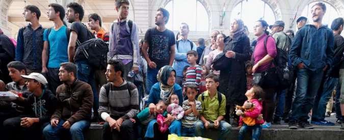 """Migranti, il piano Ue: """"Redistribuirne 120mila, sanzioni per chi non accoglie"""""""