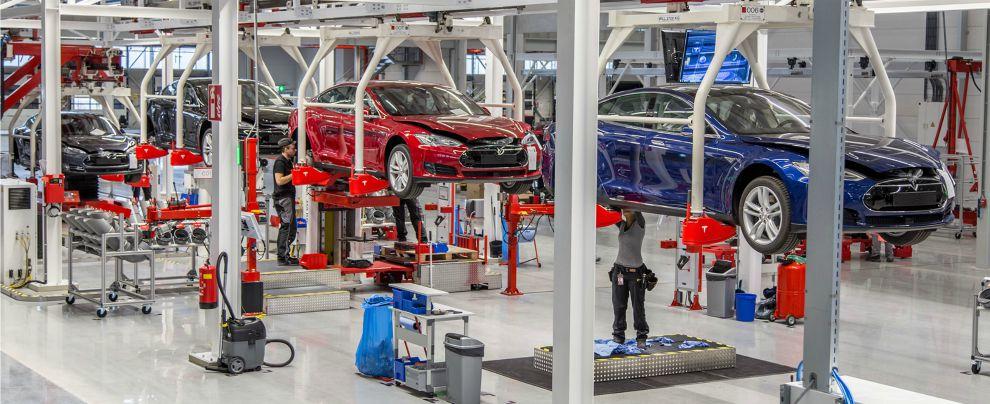 """Tesla raddoppia produzione in Europa. Musk a VW: """"Redimetevi con l'elettrico"""""""