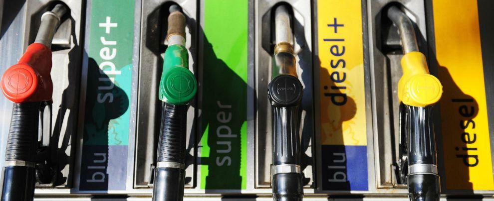 Carburanti, in Italia si spende di più per fare il pieno che per un'auto nuova