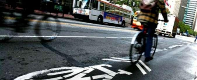 Mobilità sostenibile, meglio appestare l'aria pur di non pedalare?