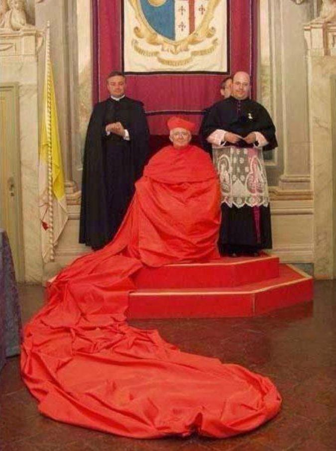 Papa Francesco lo rispedisce a Valencia e l'arcivescovo sfoggia paramenti sfarzosi, con tanto di mantello rosso lungo 20 metri (video)