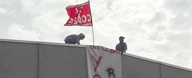 """Mr Job Bologna, due ex dipendenti licenziati dalla coop sul tetto: """"Reintegro"""""""