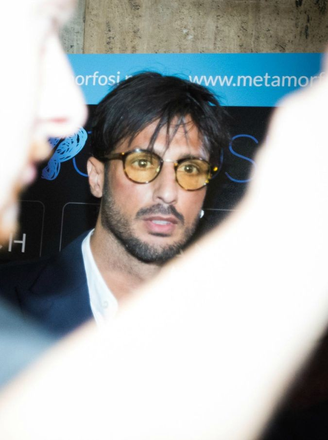 Fabrizio Corona coinvolto in una rissa a Monza: aggredisce una giornalista freelance che voleva intervistarlo