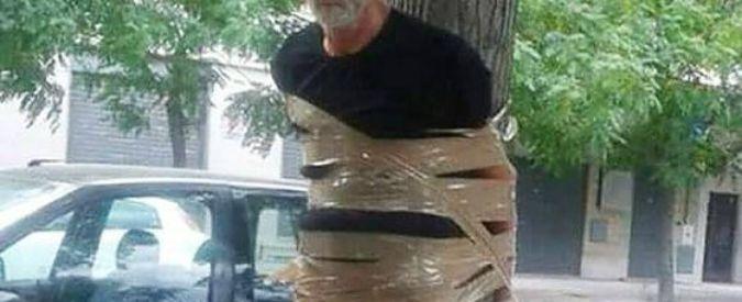 Disabile legato a un albero con lo scotch Le foto pubblicate su Facebook