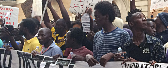 Foggia, braccianti stranieri in corteo per chiedere diritti e dignità