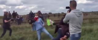 Migranti, giornalista prende a calci due persone in fuga dalla polizia (VIDEO E FOTO)