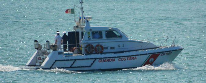 Versilia, obbligato a salire su un pattino e spinto in mare. Un uomo alla deriva, salvato dalla Guardia costiera