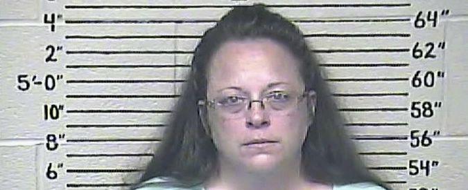"""Matrimoni gay, arrestata l'impiegata Usa che negava le licenze """"in nome di Dio"""""""