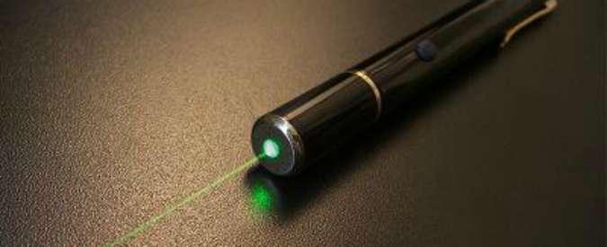 Puntatori laser, danni agli occhi per 3 bambini: Procura Bologna apre inchiesta