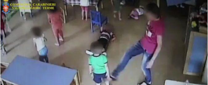 Parma, calci e insulti ai bambini dell'asilo nido: maestra incastrata dalle telecamere