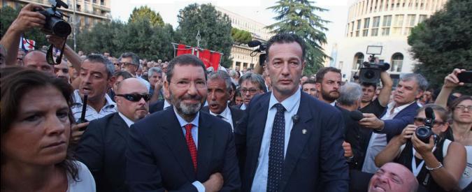 """Roma, Marino a manifestazione Pd """"Cacceremo i mafiosi come nazisti"""" Contestatori: """"Si torni al voto"""""""