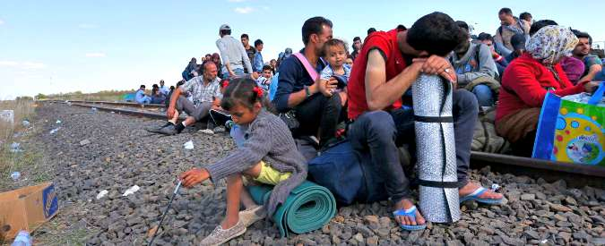 Profughi, Danimarca blocca treni e strade per la Germania. Ungheria cambia idea: migranti su bus verso l'Austria