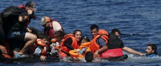 """Profughi, 34 morti in Grecia. Austria, 42 migranti in un camion frigo. Berlino: """"L'Ue ha fallito completamente"""""""