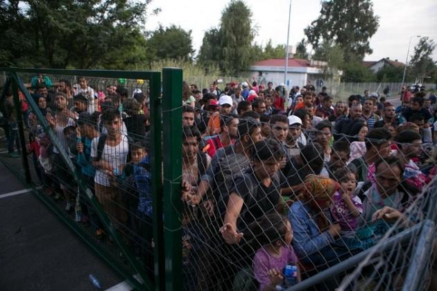 Polizia ungherese al confine serbo effettua controlli su rifugiati e migranti