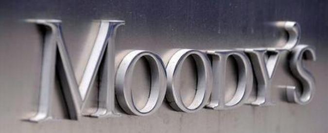 """Moody's taglia prospettive per l'Italia: """"Crisi politica pesa sulle riforme. Rischio che lo Stato debba ricapitalizzare banche"""""""