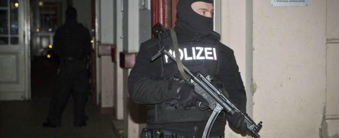 """Berlino, la polizia ha ucciso un terrorista islamico: """"Stava accoltellando un agente"""""""