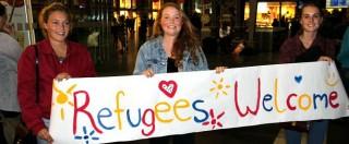 """Profughi, Berlino stanzia 6 miliardi. Merkel: """"Paese cambierà, integriamoli"""". Neonazi incendiano centro rifugiati"""