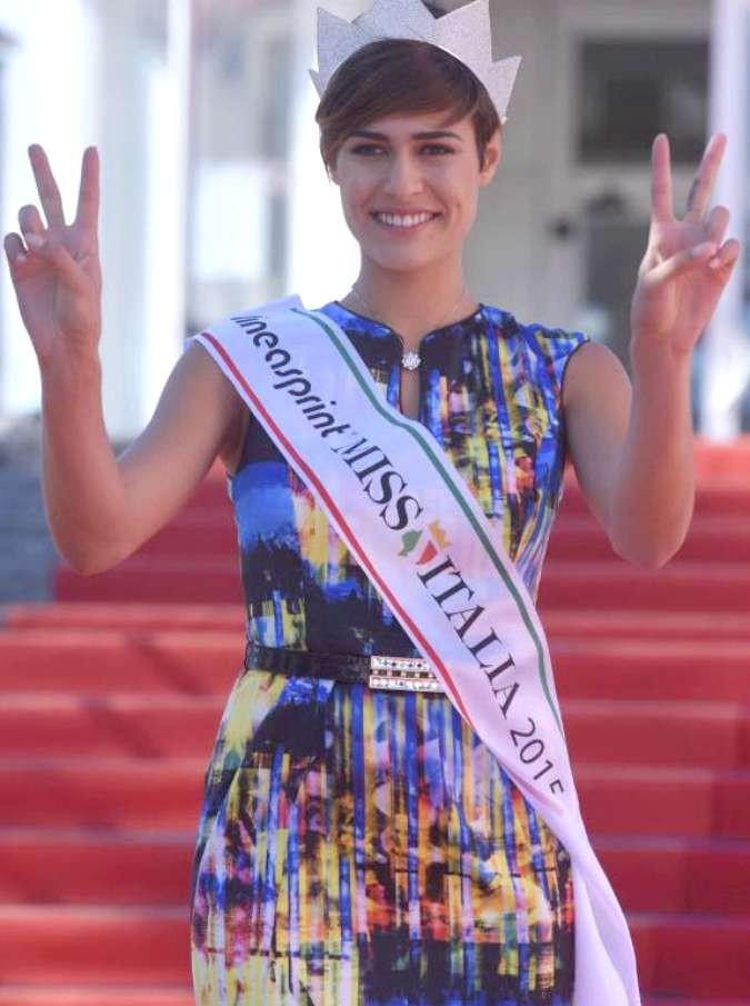 """Miss Italia 2015, Alice Sabatini vince il Tapiro con una nuova gaffe: """"Il mio personaggio italiano preferito? Michael Jordan"""""""