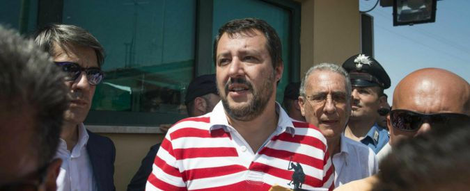 """Migranti, Salvini visita il Cara di Mineo: """"Chi è al governo è un imbecille"""""""